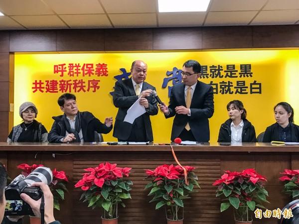 新黨黨部19日舉行記者會,由副主席李勝峰(左3)主持。(記者黃耀徵攝)