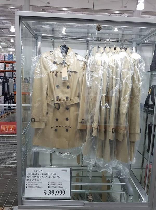 好市多賣的BURBERRY經典女中長版風衣,比官網上的售價少了2萬多元。(圖擷取自臉書社團「COSTCO 好市多 消費經驗分享區」)