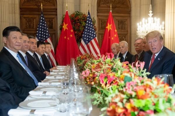 川普重要幕僚透露,中美雙方領導人很可能下個月在日本見面。圖為2018年12月1日美國總統川普(右)與中國國家主席習近平(左)在阿根廷出席G20峰會後會面的模樣。(資料照,法新社)