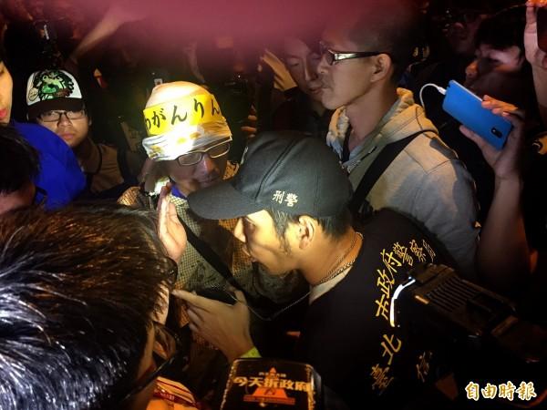 面對抗議群眾的行動,一位員警回說「我是在保護你們」。(記者吳張鴻攝)