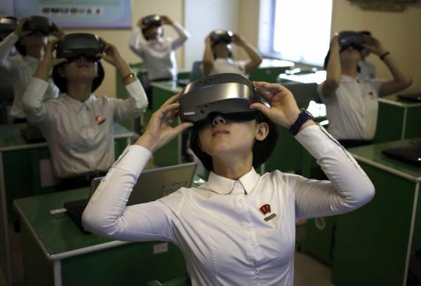 虽然北韩近期与南韩、美国等国的情势出现和缓的现象,但北韩国内的思想控制仍是非常严格,甚至有更加严格的倾向。图为试用VR设备的北韩学生。(美联社)