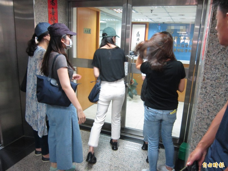 多名長榮空服員今到長榮航空委託的律師事務所,求助重新申辦護照。(記者謝武雄攝)
