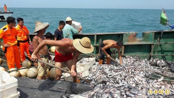 漁民通報捍衛自家漁權。(記者蔡彰盛翻攝)