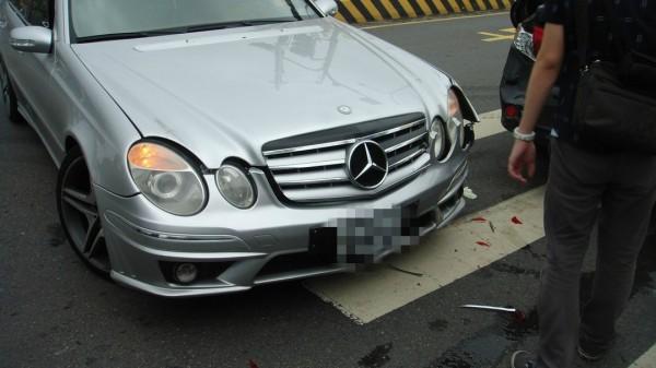 朱姓男子以賓士車幫忙抓毒犯造成車子受損,估計修車費大約20萬。(記者蔡宗憲翻攝)