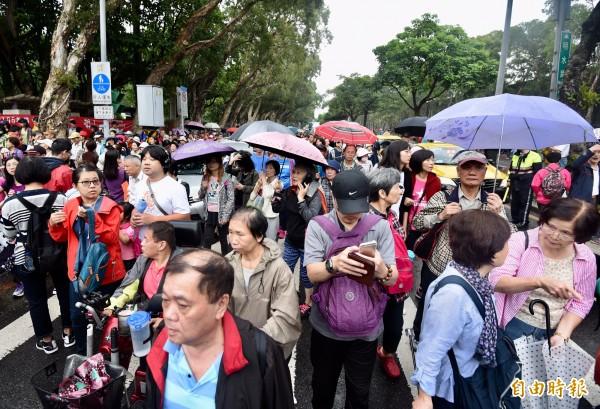 參與健行活動的民眾,為了領摸彩兌換券場面混亂。(記者簡榮豐攝)