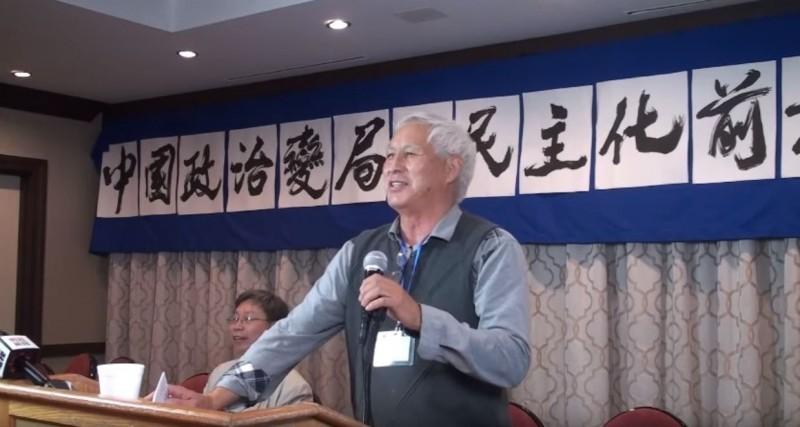 中國學者王希哲(見圖)15日準備轉機至台灣,結果在香港機場被帶走問話5小時後原機遣返美國。(擷取自YouTube頻道「Bowen Press」)