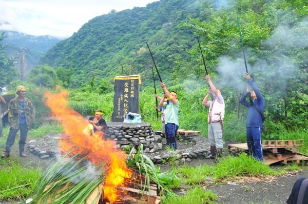 知名的花蓮「慕谷慕魚」,在地太魯閣族人不滿長期被遊客「霸凌」,今天在歐菲莉颱風受難紀念碑前放狼煙、鳴槍抗議。(記者花孟璟攝)
