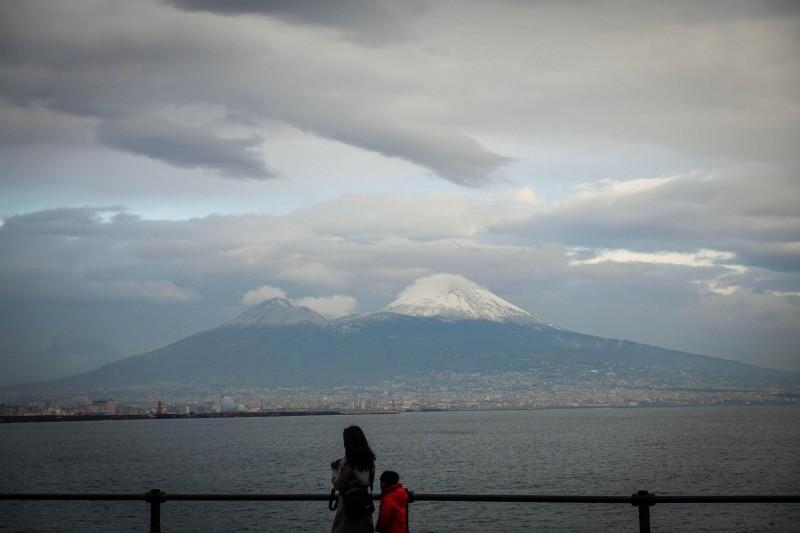 科學家擔心維蘇威火山最近恐會大噴發,義大利各區政府在19日共同簽署一份緊急疏散計畫協議,確保火山周遭居民的安危。(歐新社)