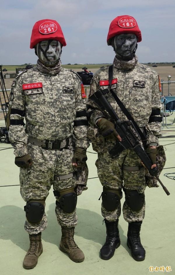 陸軍特指部特三連ˊ中尉副連長黃嘉慶(左)、上兵機槍兵黃志剛(右)兄弟檔。(記者劉信德攝)