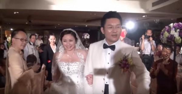 兩人在2014年4月13日「愛妳一世誓一生」的結婚畫面。(圖取自YouTube)