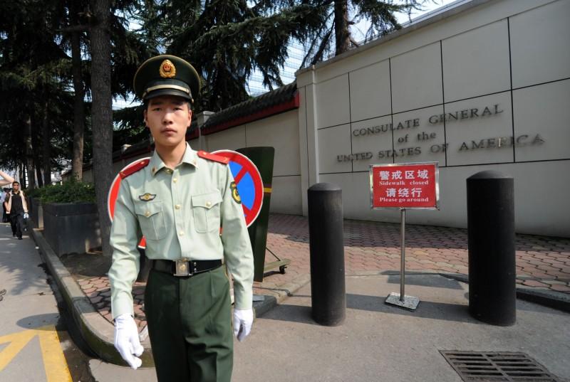 中國派出解放軍前往美國駐成都總領事館外。(法新社)