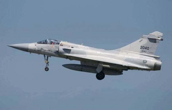 國防部發言人臉書頁曾發表編號2040的幻象2000戰機照片,盼為飛官何子雨集氣。(取自國防部發言人臉書頁)