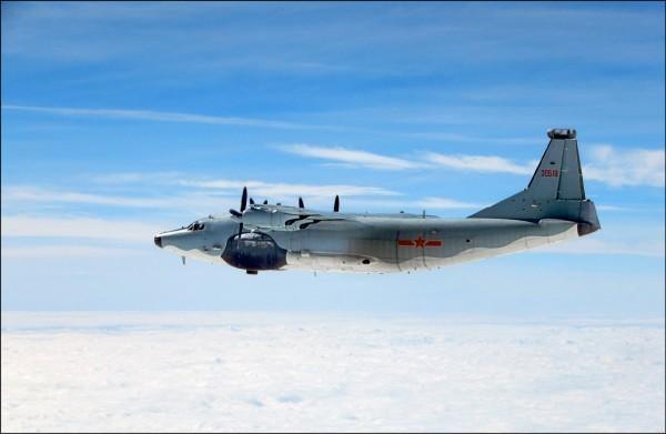 中國解放軍空軍密集逼近台灣,今早又派軍機從巴士海峽經我東部海域。圖為中共空軍運八「遠干」。(圖由國防部提供)