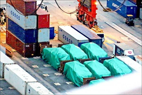 香港海關先前查扣一批自台灣出港、裝載新加坡裝甲車與裝備的貨櫃。(路透)