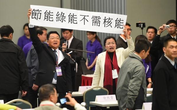 總統馬英九今天出席全國能源會議致詞,立委陳歐珀與田秋堇拉起布條抗議。(記者張嘉明攝)
