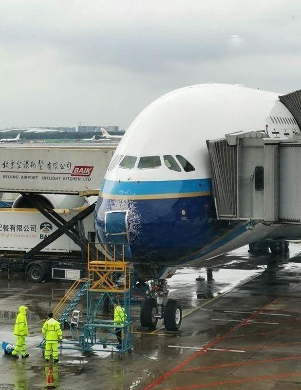 中國南方航空客機5月26日上午降落北京機場時,遭到冰雹擊中,擋風玻璃嚴重裂痕。(圖擷取自網路)