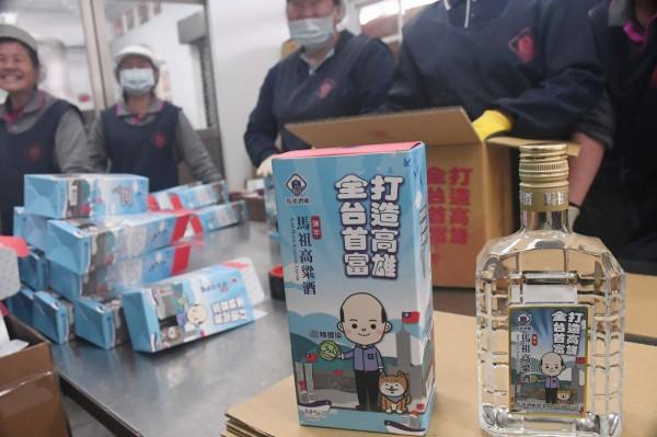 馬祖酒廠推出印有高雄市長當選人韓國瑜Q版人偶肖像的就職紀念酒,21日進行正式灌裝作業。(中央社)