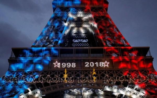 艾菲爾鐵塔上打出1998和2018的奪冠年數字。(路透)