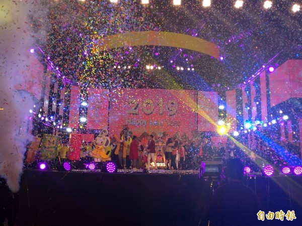 2019愛Sharing高雄夢時代跨年晚會估計湧入80萬人,與首度參加高雄跨年的市長韓國瑜一起倒數,歡送2018、迎接2019。(記者王榮祥攝)