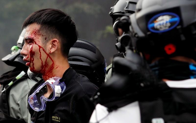 港警圍攻香港理大已進入第5日,今(20)日傳出校內仍有近百人留守,其中3至4成是理大本校生,學生會批評校方至今未關心聞問。圖為在理工大學外遭拘捕的學生。(路透)