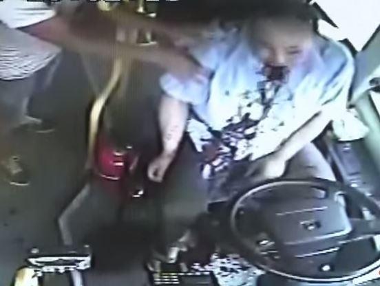 公車司機陳毅日前於開車時感到身體不適,沒想到在煞車後,竟大量吐血,更一度休克。(圗擷取自YouTube)