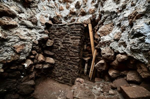 考古團隊表示,在舊有神廟上加蓋新的神廟,在阿茲特克文明中並不罕見。(法新社)