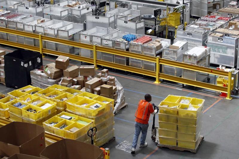 亞馬遜昨展開為期兩天的會員日,購物者趁著優惠大肆搶購洋芋片、餅乾、衛生紙等不易腐壞的商品。(美聯社)