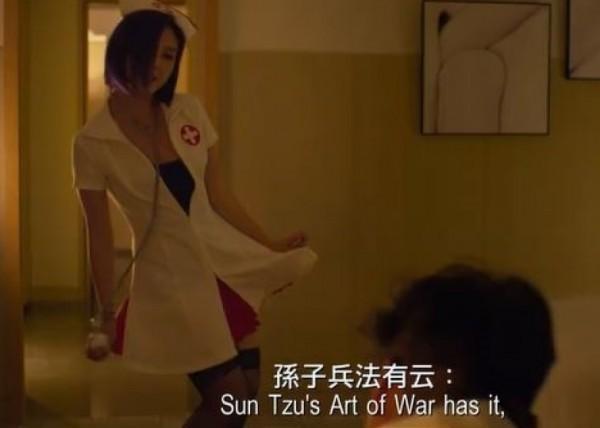 楊千嬅(左)扮護士色誘余文樂。(翻攝自YouTube)