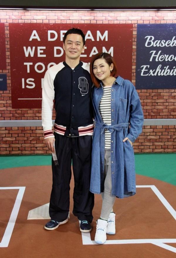 外傳Selina(右)老公張承中(左)將披藍袍投入2016立委選戰。(圖由展逸國際行銷提供)