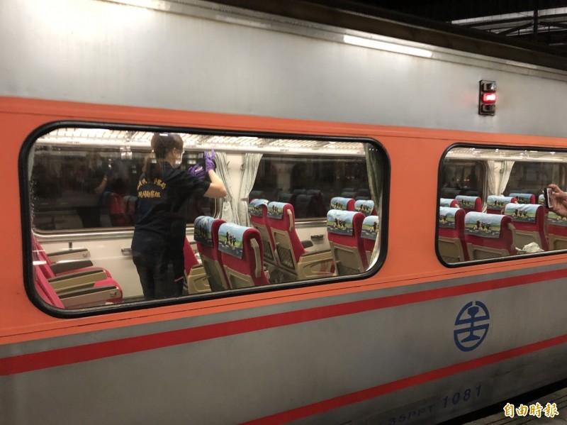 警方在事發台鐵自強號152次列車進行蒐證。(記者丁偉杰攝)