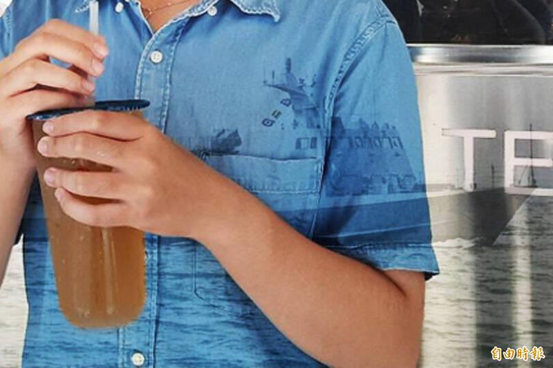 近日台海局勢緊張,澎湖海軍艦隊臨時接到勤務出海保家衛國,原本預訂的飲料無法取,老闆娘不僅不生氣,還特惠對外販售,引發澎湖人熱烈迴響。(本報合成)