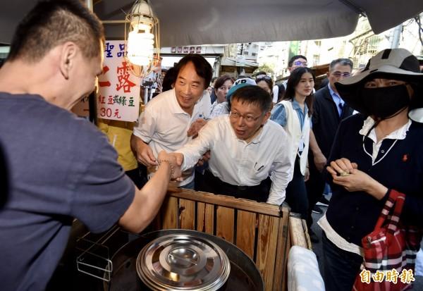 台北市長柯文哲15日前往內湖路一段737巷掃街,向攤商、民眾拜票。(記者簡榮豐攝)