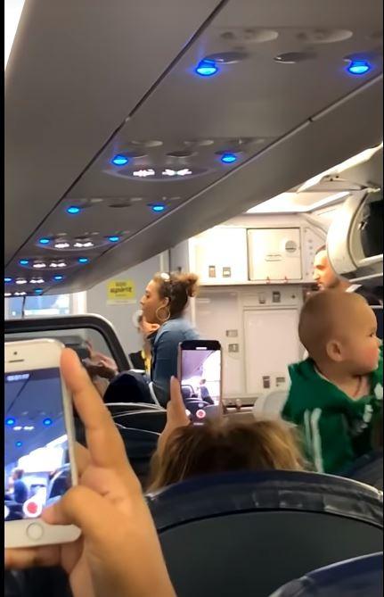 女子最後被空服員請下飛機。(圖擷自ViralHog YouTube)