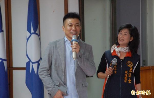 接下國民黨副秘書長職務的葉壽山(左),在基層具有號召力。(記者李立法攝)