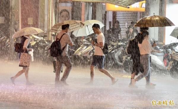 受瑪莉亞颱風影響,新北市區晚間出現間歇風雨。(記者羅沛德攝)