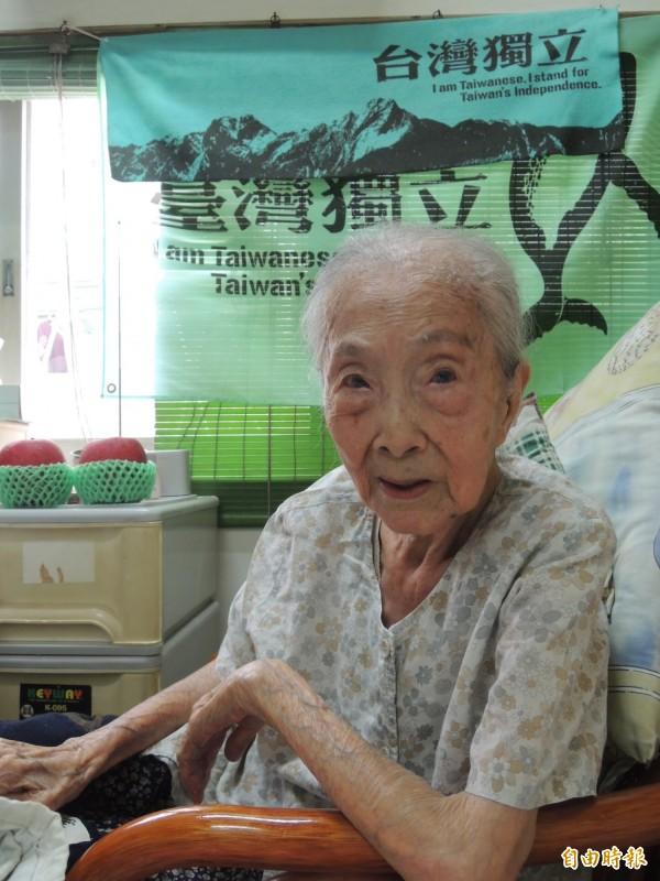 百歲阿嬤莊林金釵的台灣精神,活力十足,房間掛著台灣獨立旗幟。(記者洪瑞琴攝)
