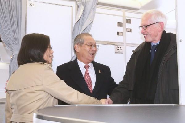 總統蔡英文(左)出訪中美洲友邦,7日(當地時間)過境美國休士頓,美國在台協會(AIT)主席莫健(James Moriarty)(右)、駐美代表高碩泰(中)上機迎接蔡總統。(中央社)