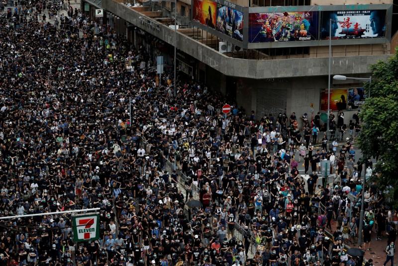 由於人潮過多,群眾只好回堵至非遊行路線的旺角道上,並在稍後轉往彌敦道「自行」遊行。(路透)