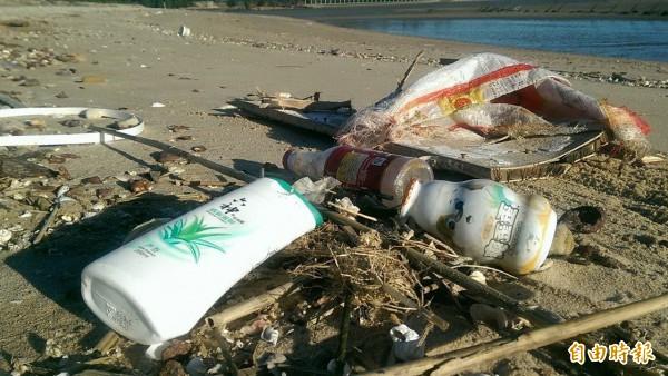 金門海邊有許多簡體字的海漂垃圾來自中國。(資料照,記者吳正庭攝)