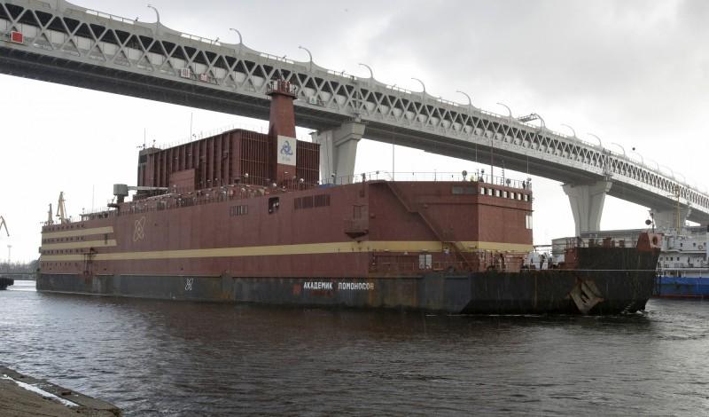 俄國下月即將把海上核電廠「羅蒙諾索夫院士」(Akademik Lomonosov)經北極海拖往目的地。圖為廠體未上漆貌。(美聯社)