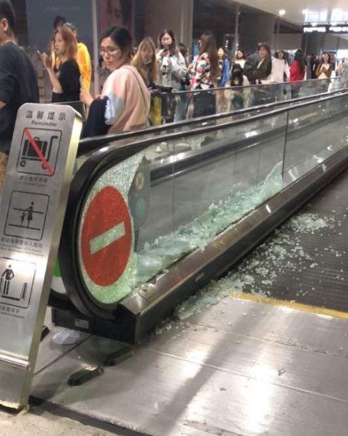 中國上海虹橋機場的手扶梯玻璃,今被上千名追星的「粉絲」擠碎。(圖擷取自微博)