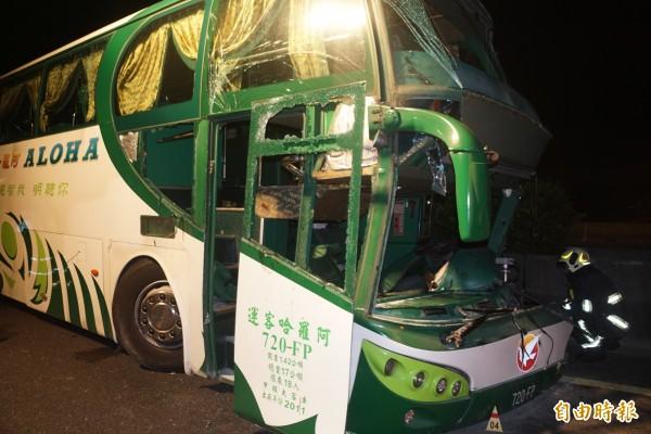 阿羅哈客運一輛載有16名乘客、由高雄開往台北的遊覽車,昨深夜在國道一號北上岡山路段衝撞護欄。(記者黃佳琳攝)