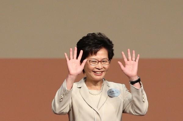林鄭月娥(見圖)自認身處政治風暴中,卻被立法會議員抨擊是想要拖整個香港陪葬。(歐新社)