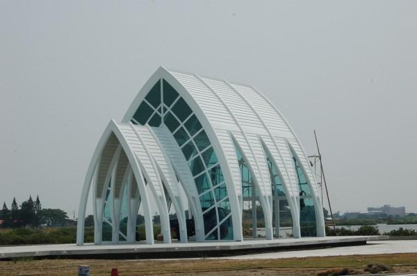北門水晶教堂即將完工,雲嘉南濱海國家風景區管理處將舉辦白色集團婚禮。(記者王涵平攝)