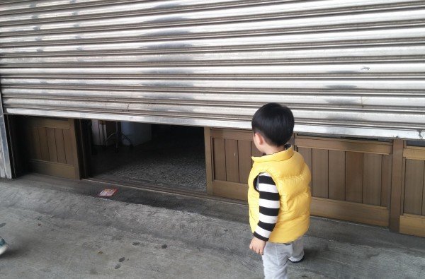 高市消防局上午接到不少民眾求助,指稱住家鐵捲門被強風吹壞了、無法操作,導致車輛進不去、出不來。圖為示意圖,與本新聞無關。(資料照,記者鄭淑婷翻攝)
