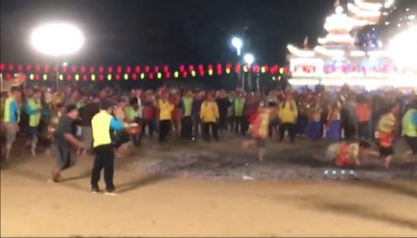 過火儀式在進行時,一名信眾跌倒,引發後續的連鎖效應。(圖擷自「鹽埕北極殿臭豆腐」臉書)