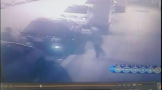 暴力犯罪組織對不從的車手暴力相向,甚至將被害人砸向車尾。(翻攝資料照)