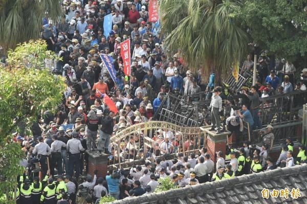 800壯士今赴立法院抗議年金改革,過程中突然攻入立法院。(記者方賓照攝)