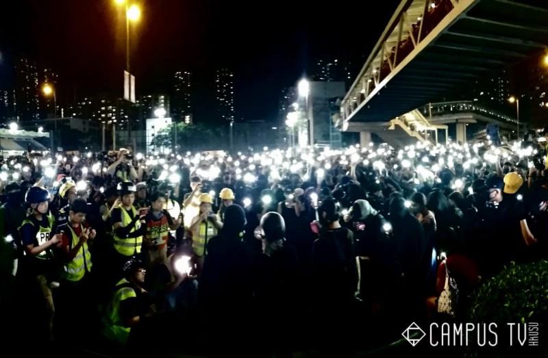 荃灣也有港人宣讀《香港臨時政府宣言》。(擷取自「Campus TV, HKUSU 香港大學學生會校園電視」粉專)