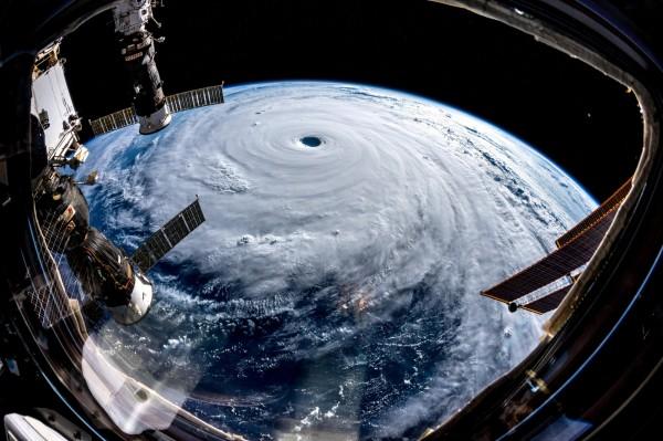 國際太空站的德國太空人格斯特(Alexander Gerst)在推特上傳潭美颱風照片,被外媒轉傳。(圖擷取自推特)